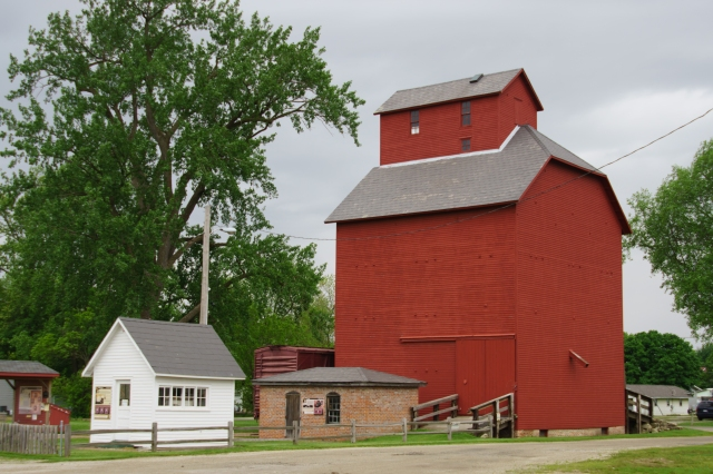 Combination barn and grain elevator in Atlanta, Illinois