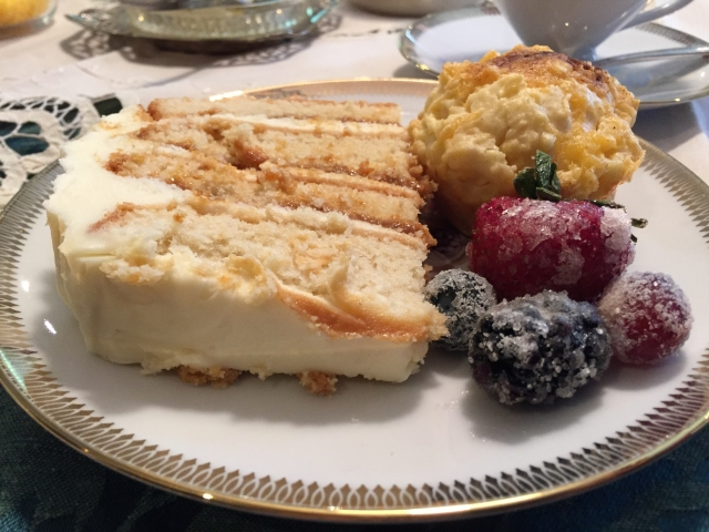 Henriët's beautiful cake, with scones and fruit for high tea